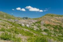 其实我们一直也不知道 Harry's Ridge 究竟是哪一座山,后来看了地图和照片才发现这张右手边的石头山就是 Harry's Ridge,山上有一个白色的小点,帮助我确定了它是什么。