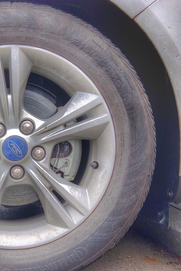 """轮胎上标注了产地为法国,生产日期 0114 为 2014 年第一周,尺寸 215/55/R16 表示轮胎宽 215mm,厚 215*55%mm,16"""" 的轮子,load index 93,speed rating H。最高胎压为 51 PSI。"""